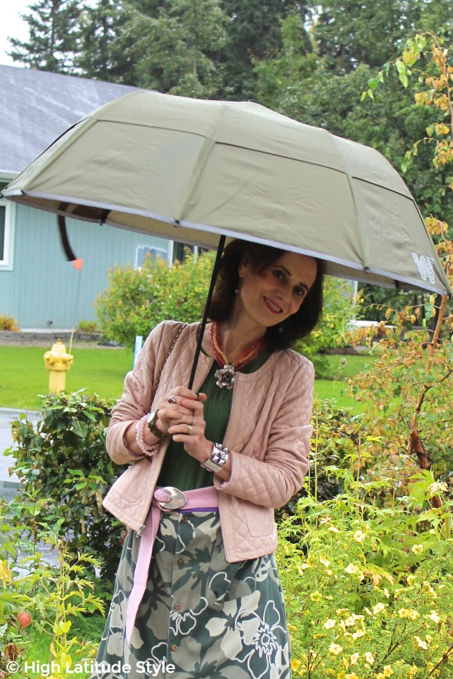 #advancedstyle mature lady with olive collapsible #Weatherman
