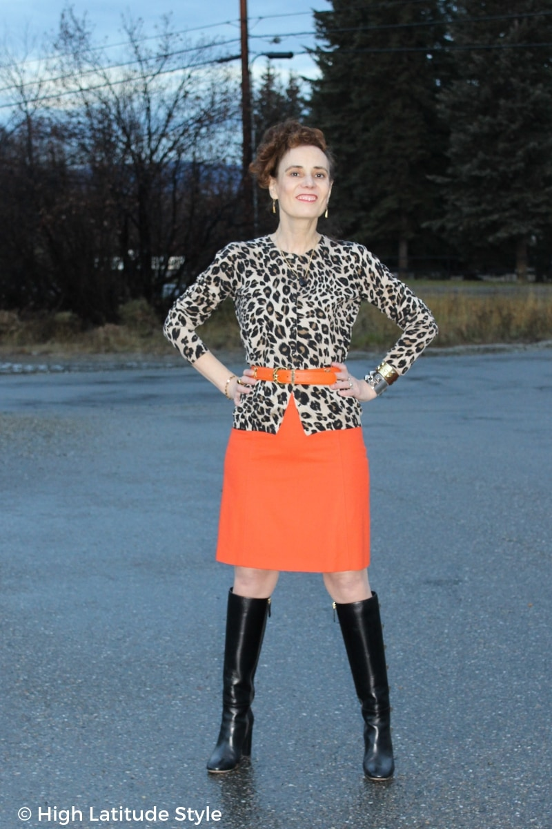 Blogger Nicole in trendy fall style with animal print and Pantome color