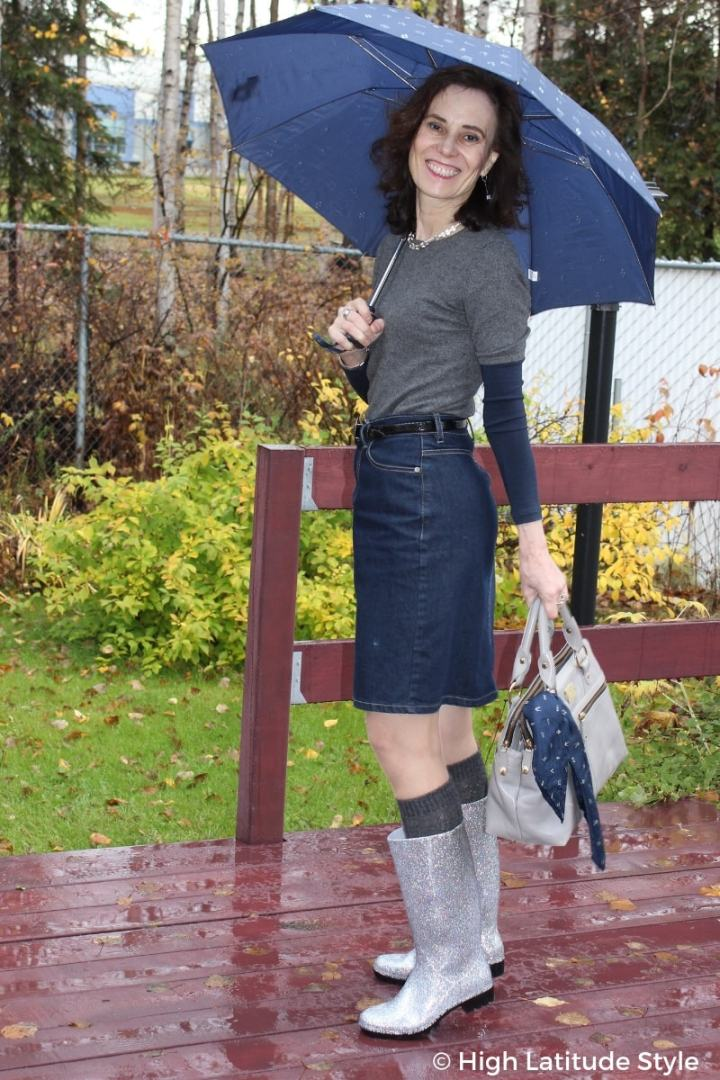 over 50 years old style blogger in gray silver blue rainy-day look with multiple layers
