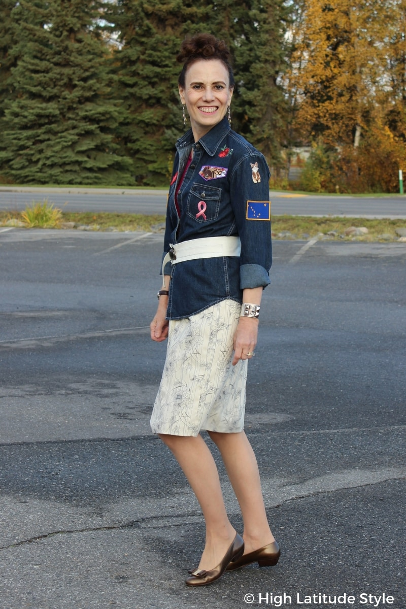 style blogger Nicole in DIY shirt, belt and skirt with Vara pumps