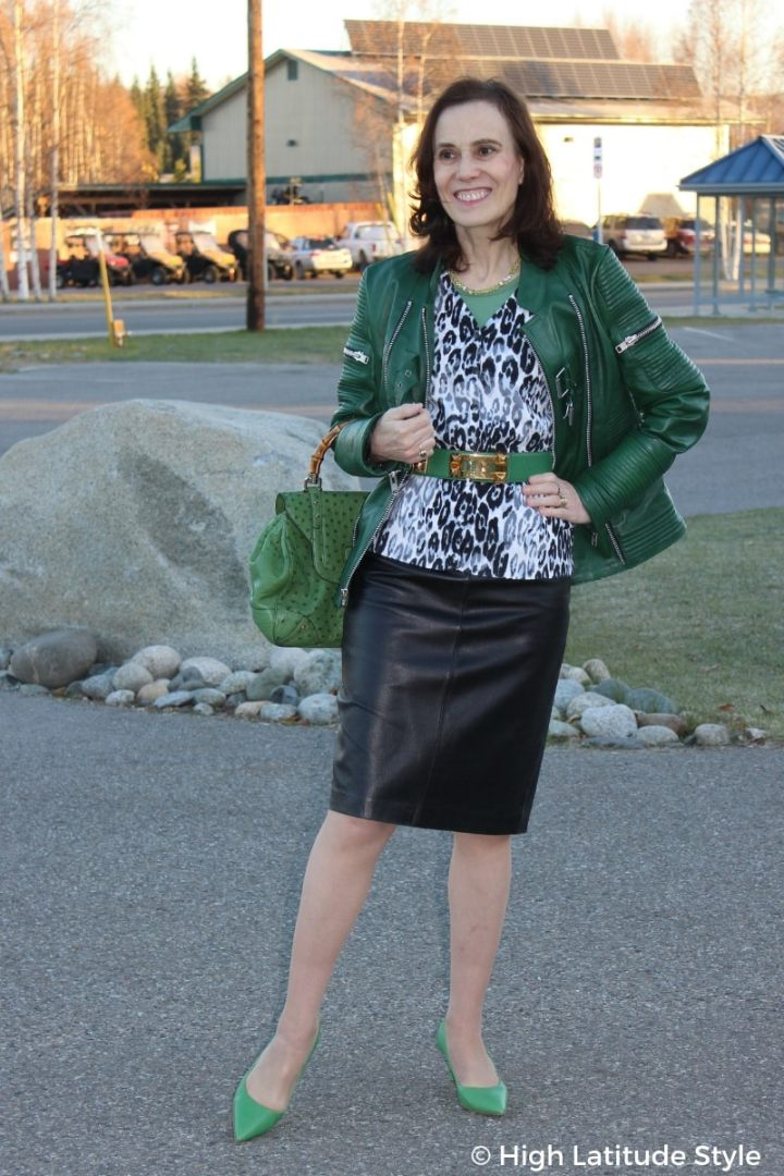 style blogger Nicole donning an autumn outfit with three layers in shades of gray and green