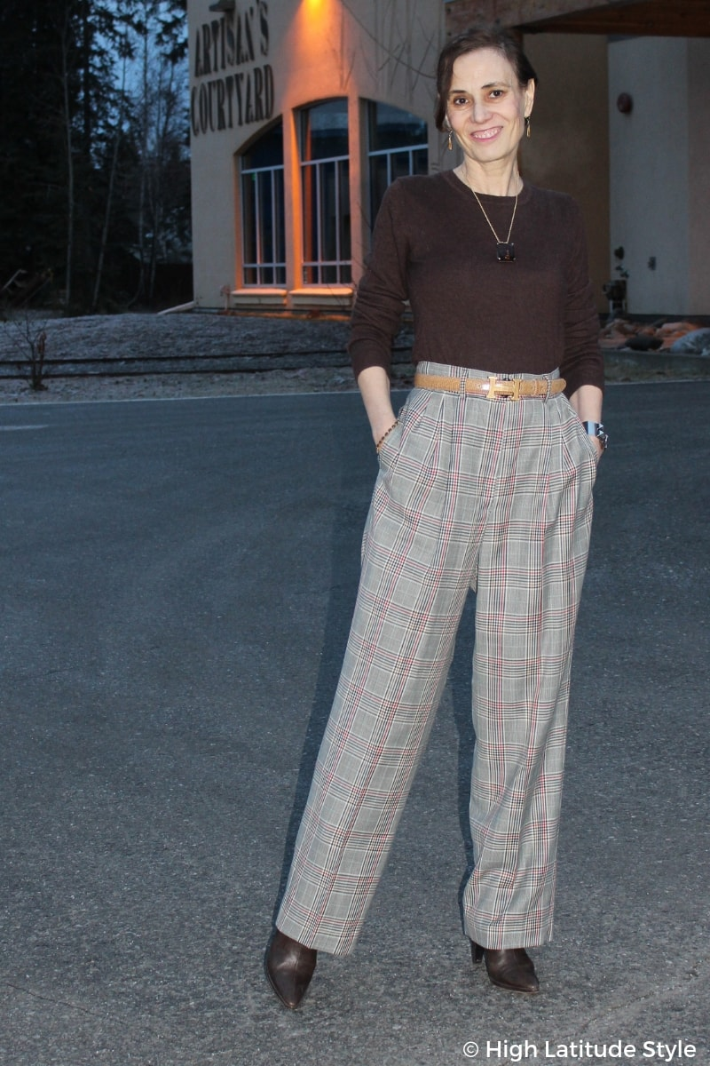 style blogger posing in the darkness in plaid pants in fall
