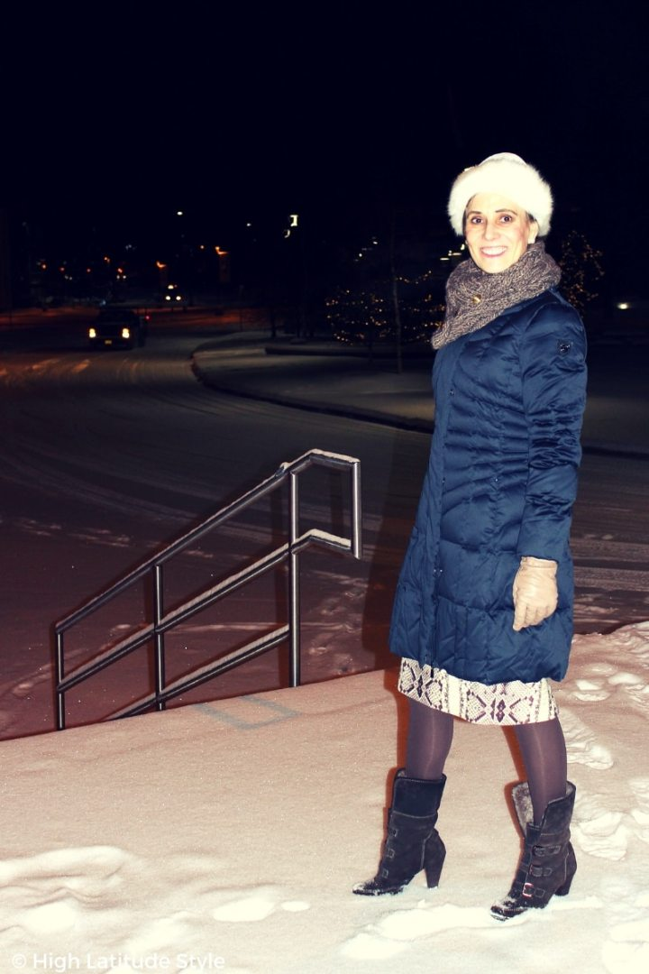 #winterstyle blogger in midnightblue jacket, skirt, tights, booties and hat
