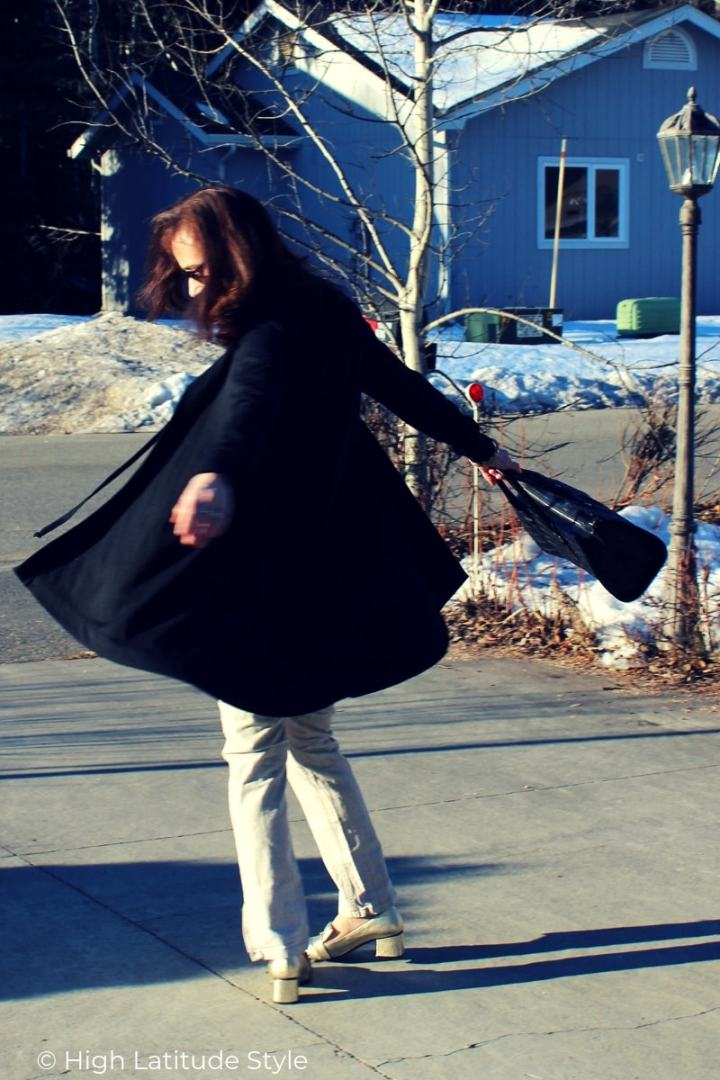 midlife blogger in cape cardigan with hood, linnen trousers, croco work tote and sunnies