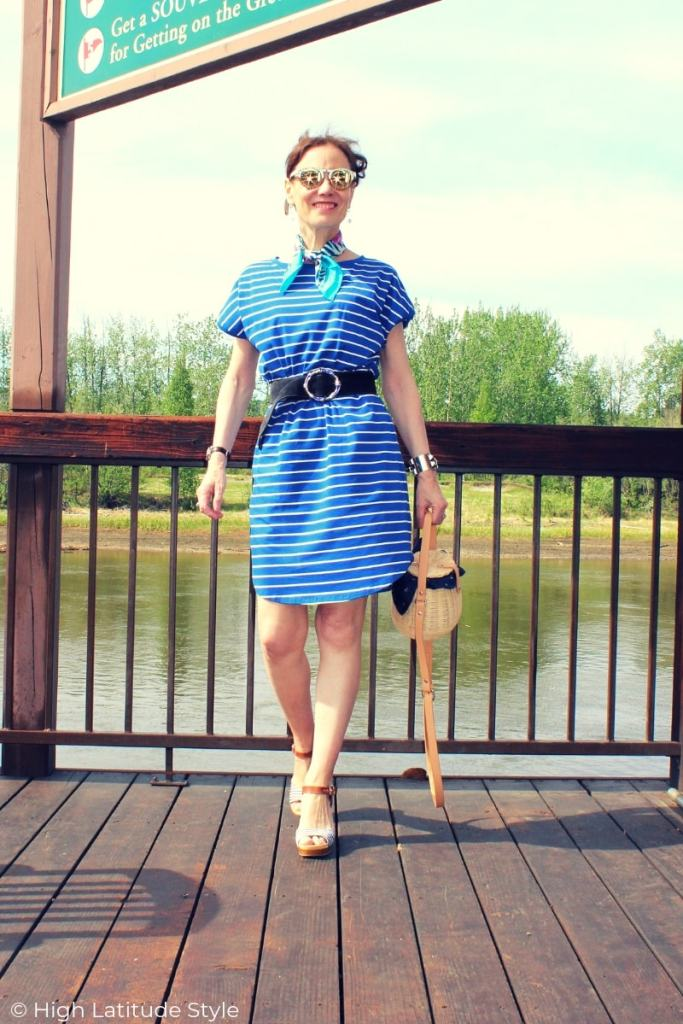 fashion blogger Nicole in preppy vacation look