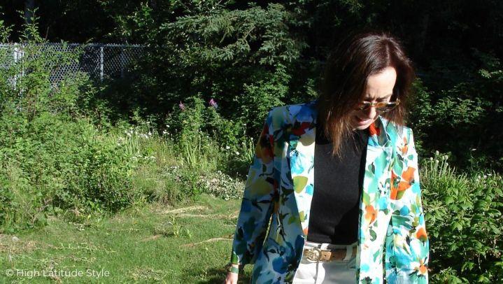 style blogger in summer flower print blazer, fall cargo skirt and sweater