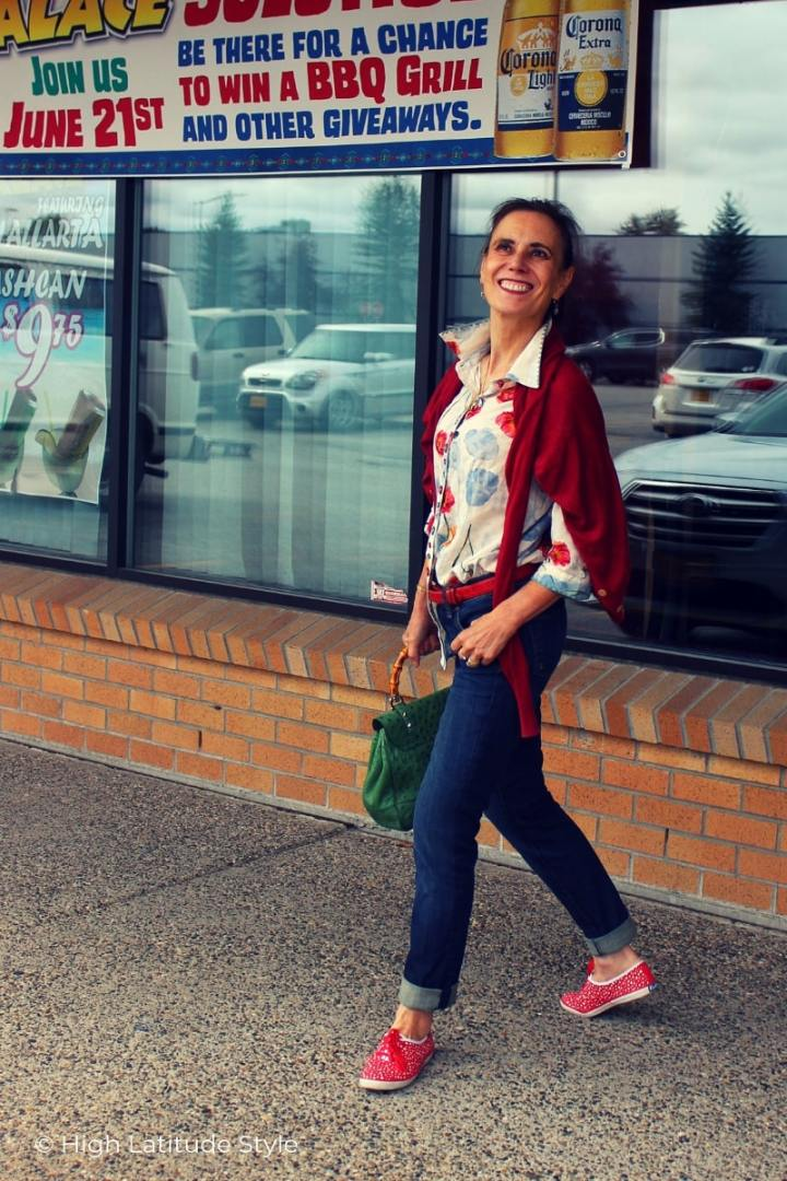 fashion blogger in floral print blouse, bf jeans, cardigan, Keds, Gucci bag and red belt