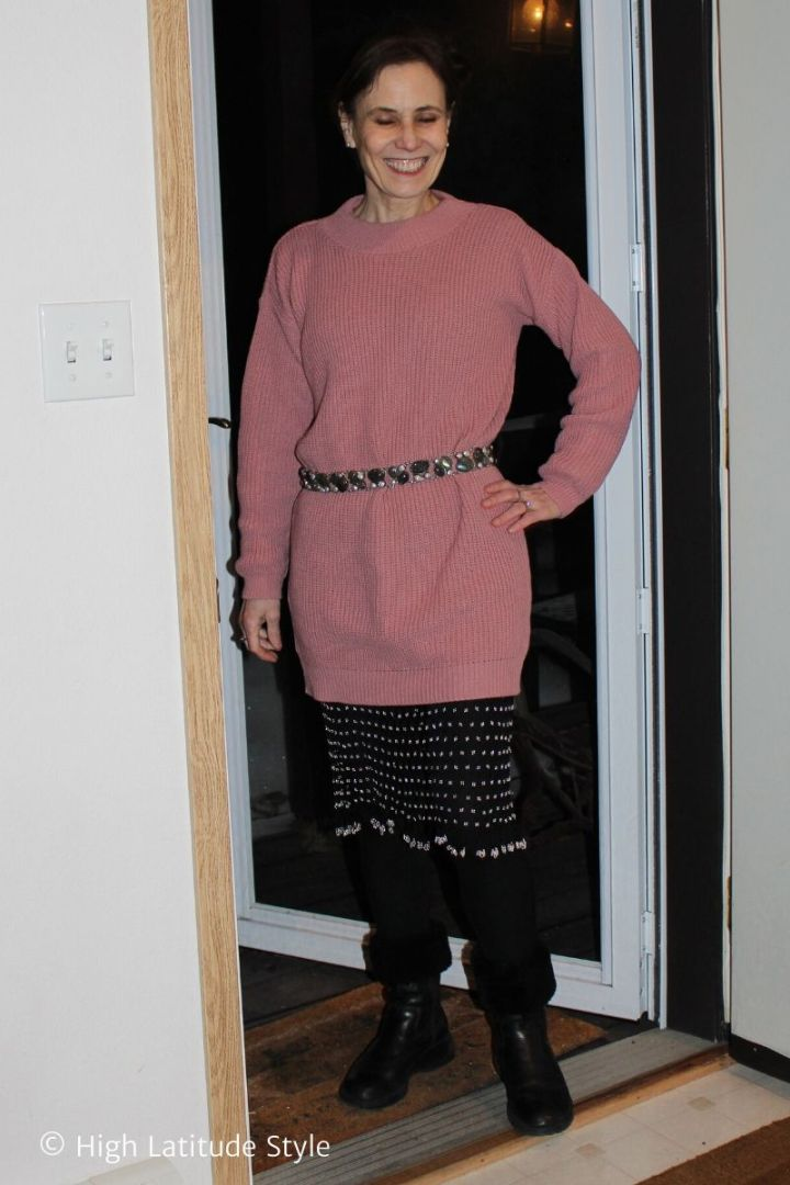 style book author in casual leggings sweater pink and black look