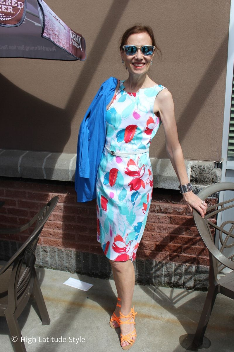 blogger Nicole in printed sheath with neon orange sandals, blue jacket