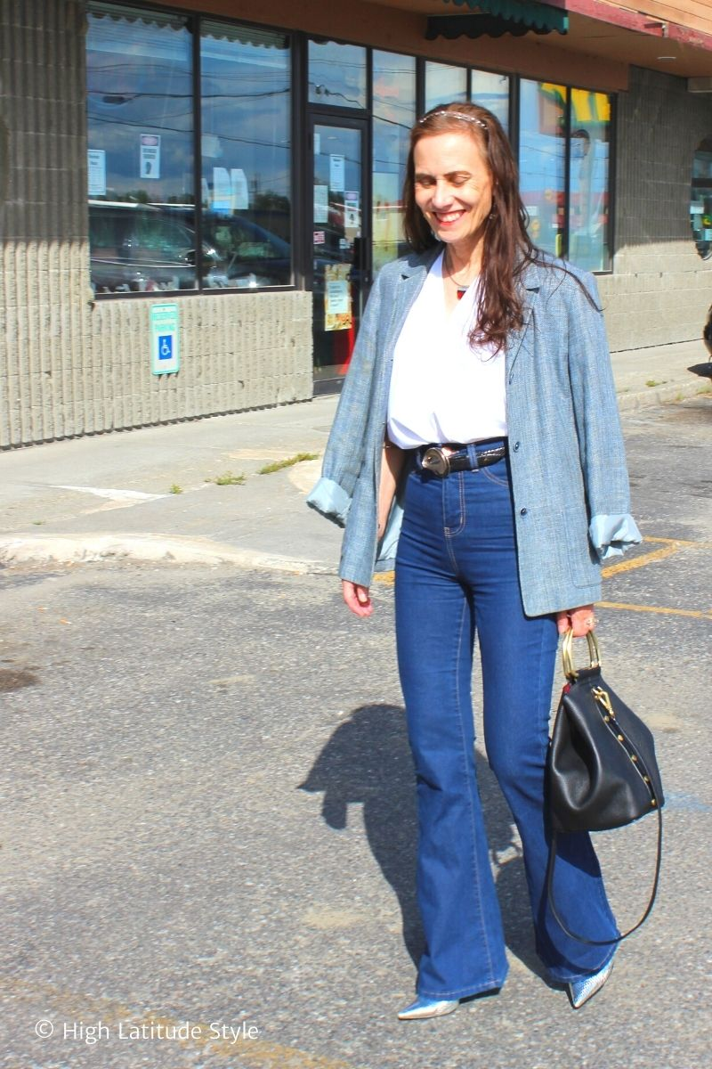 fasshion blogger in American Classic look of blazer, pointy toe pumps, jeans and white button-down shirt