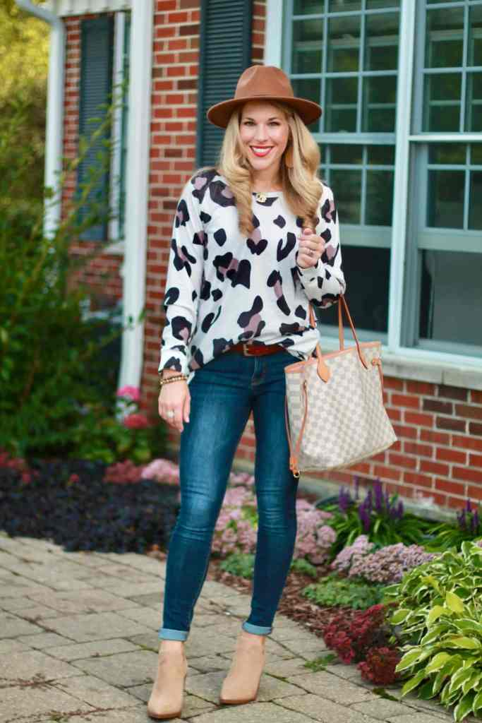Readers Fav Laura of I Do DeClaire in leopard print top, hat, skinnies, pumps