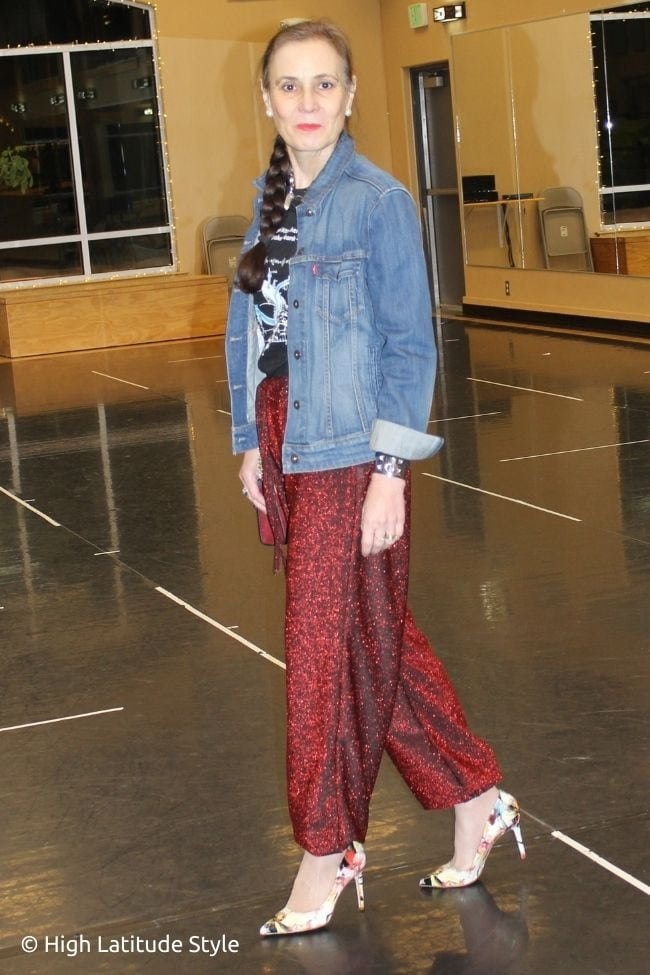 strett style blogger in trendy glitter pants, pumps, denim jacket and T-shirt