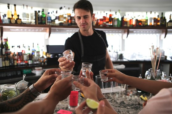 miami-recibe-el-galardonado-bar-employees-only-6
