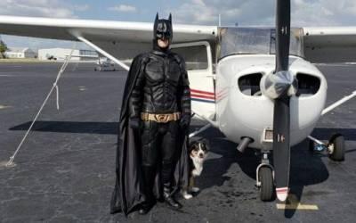Hombre se viste de Batman para rescatar a animales que van a ser sacrificados