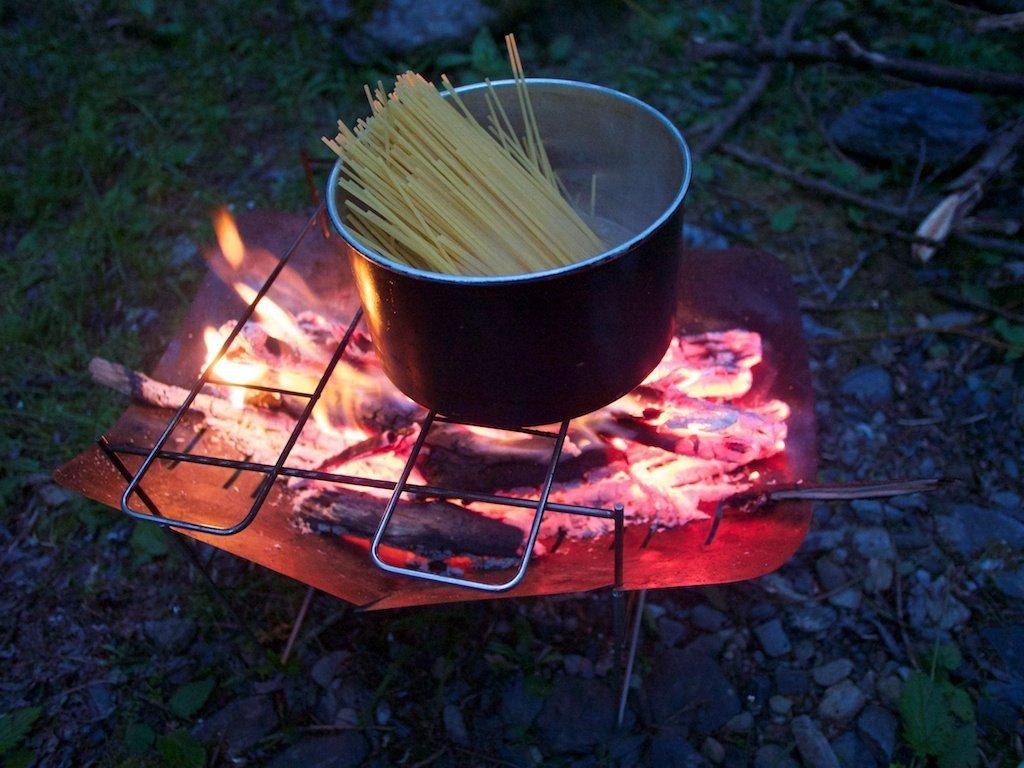 ソロキャンプ・ツーリングにおすすめ!!軽量でコンパクトな焚き火台!料理にも使える汎用性が魅力!!
