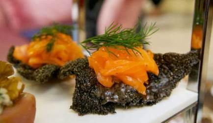 Veuve Rosè Ora King Salmon Gravlax with a Yuzu Mayo served on a Squid cracke
