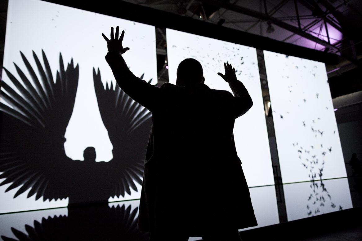 Arte digital, no The Barbican, em Londres. Treachery of Sanctuary, 2012. Chris Milk. Photo Bryan Derballa