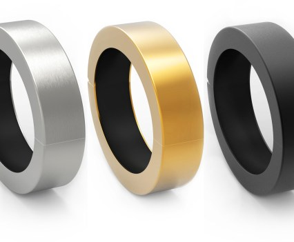 QBracelet, da Q Designs, uma pulseira que é também carregador de bateria