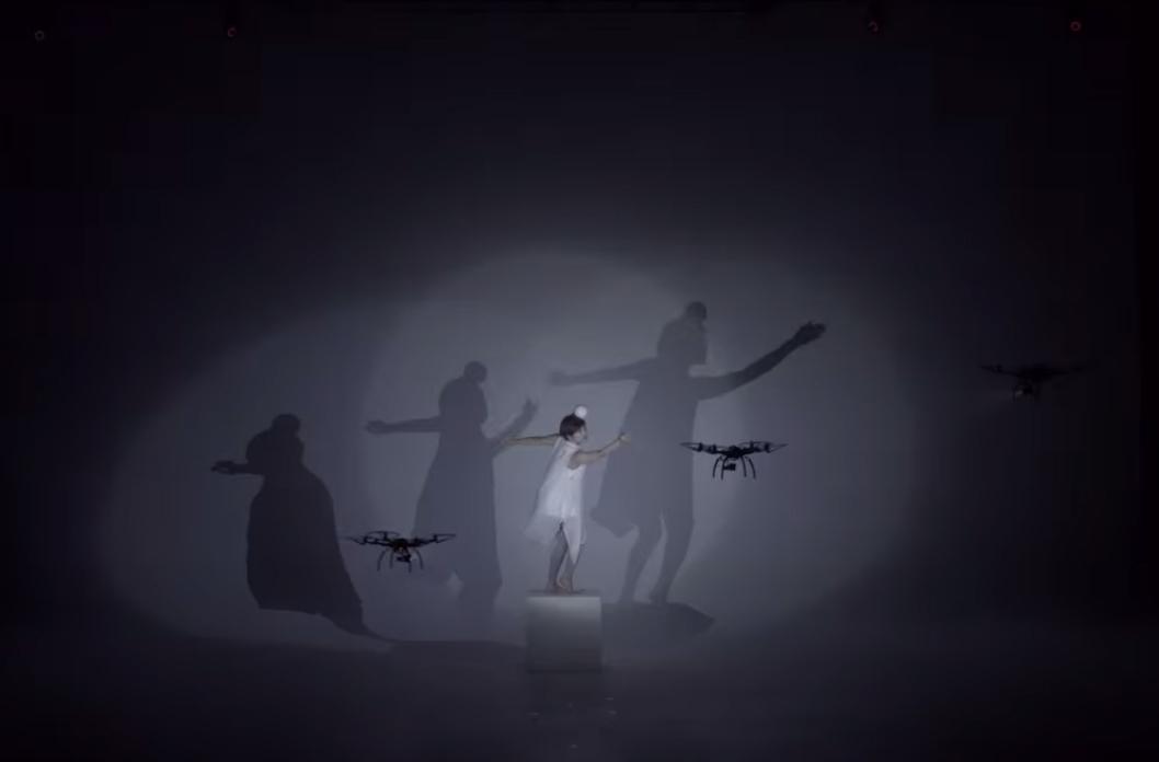 Shadows. Dança com drones, por Elevenplay e Rhizomatics