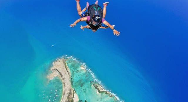 Salto tandem en paracaídas en la Isla de la Tortuga