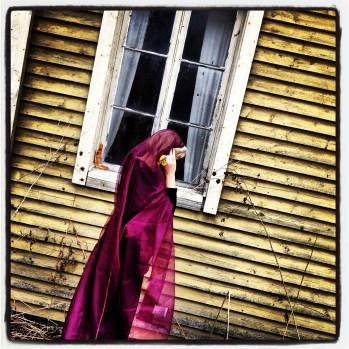 """""""Vain Niilo kuuli Olgan äänen. Einari ei sitä kuullut. Hän oli pelastanut Olgan kerran, mutta riittikö se?""""V.H./Karhunpesä"""