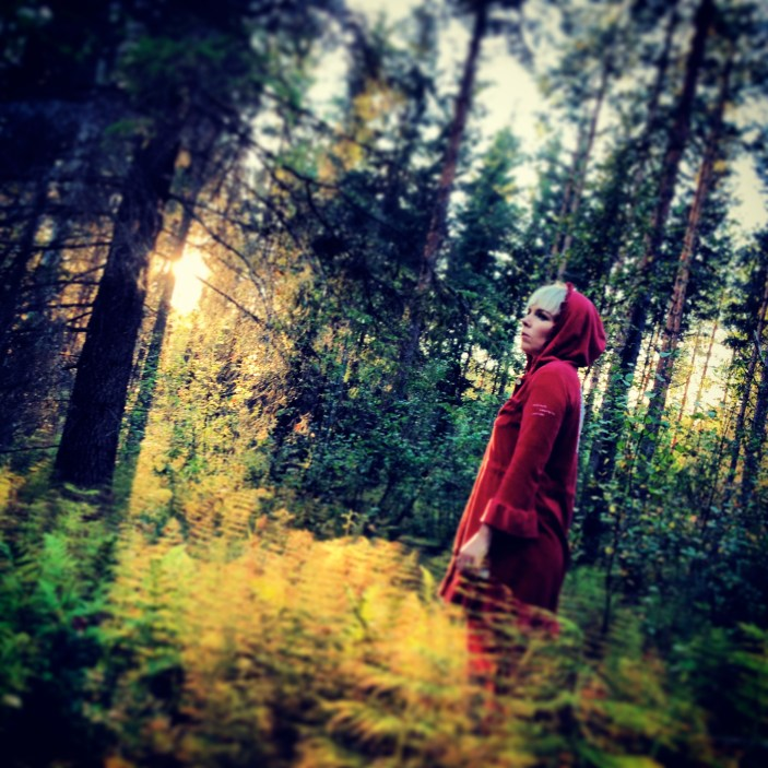 """""""Metsänneito houkutteli miehiä yhä syvemmälle metsään, Näkin ääni kuiski. Se kuljettaisi miehen siellä odottavan karhun luo, ja paljastaisi vasta sitten kaarnaisen selkänsä. Ontto nauru kiirisi metsässä.""""V.H./Karhunpesä"""