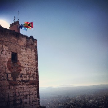 Alhambran torni ja tuulessa liehuvat liput.