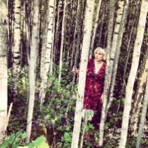 """""""Olga piiloutui koivun taa. Valkotukkainen poika lähestyi puiden lomitse häntä huomaamatta. Tiesin, että sinä tulisit. Niilo ei osaisi vastustaa lumousta, heistä kumpikaan ei osannut."""" V.H./Karhunpesä"""