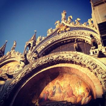 Ilta-aurinko jää Venetsian varjoon.