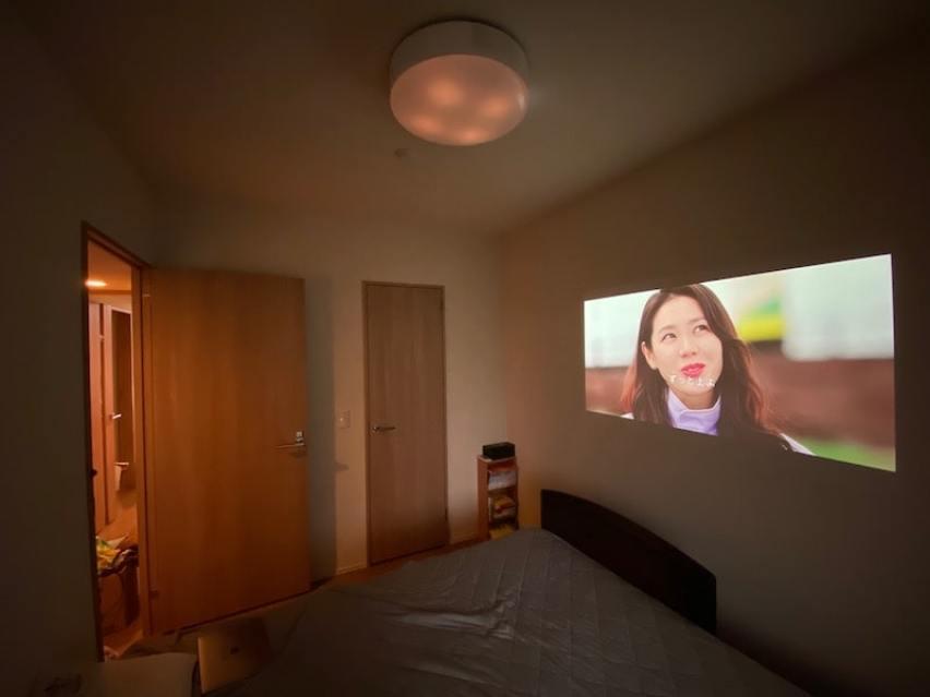 ポップインアラジン2/popIn Aladdin2ドラマ(実写)映像をスクリーンの右後ろ側から映した様子