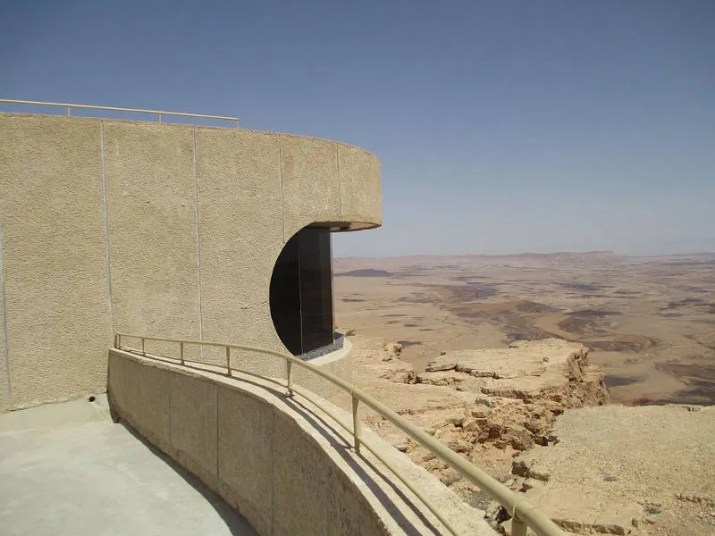 The visitors center hanging on the cliff avove the Ramon crater