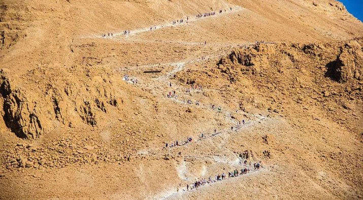 Snake path Masada full of hikers