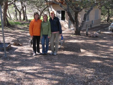 Judy, Bettina, Maria in front of cabin. (BW)