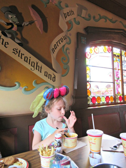 On a budget but want a Disney vacation? Try these 8 tips for dining at Disney on a budget!