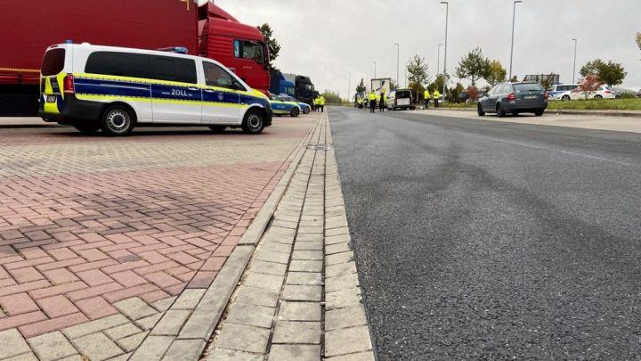 Ladung, Fahrzeiten, technische Mängel: Polizei kontrolliert Schwerlastverkehr an Autobahn und Bundesstraße