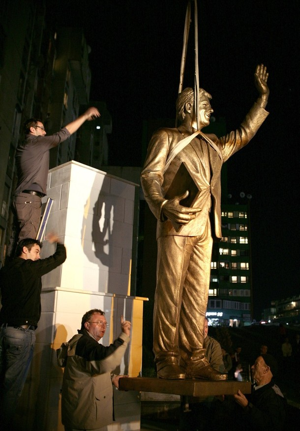 UPdated: Kosovo unveils statue honoring President William J. Clinton (5/6)