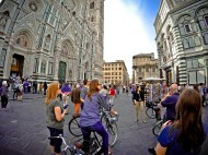 Between Il Duomo and the baptistry - on a bike tour in Florence