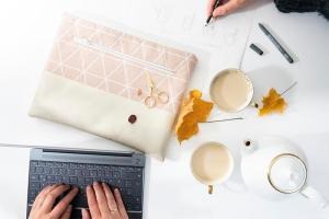 CoWorking mit Laptop zum Thema Laptoptasche nähen. Tee und Sketching beim Coworken