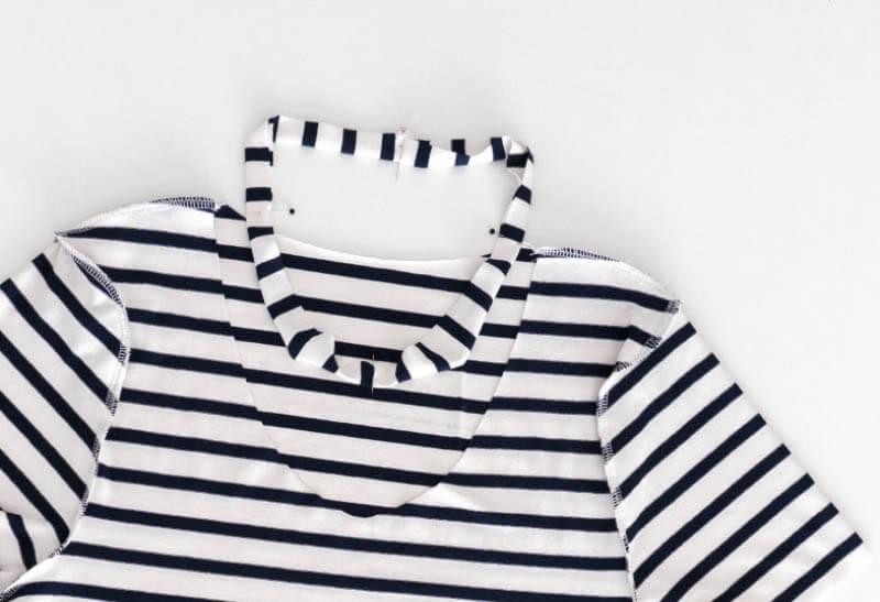 Nähanleitung Step by Step für selbstgenähtes Maritim gestreiftes Basic T-Shirt. Halsbündchen gleichmäßig feststecken.