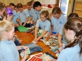 Kurrajong Public School students making Boomerang Bags