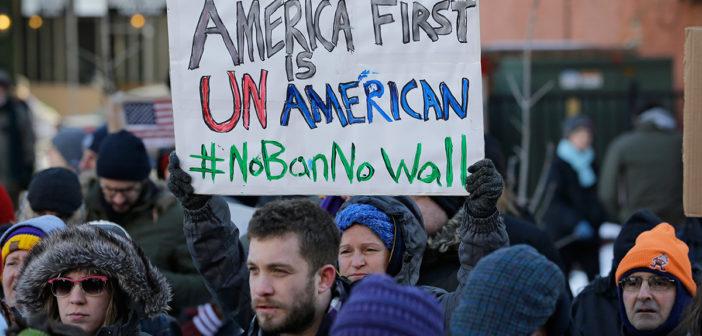Juez de Hawai extiende bloqueo al veto migratorio de Trump