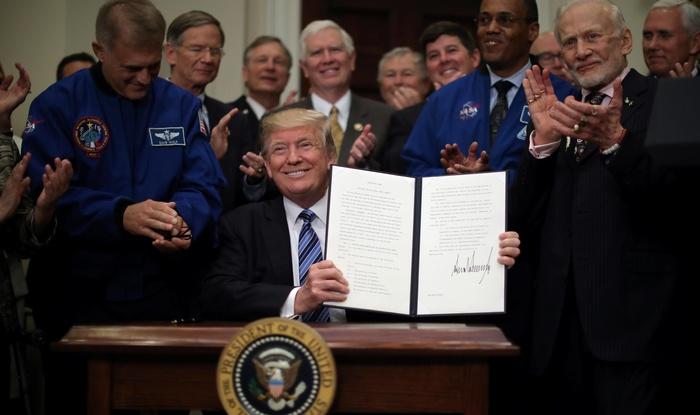 """Ordena Trump crear una """"fuerza espacial"""""""