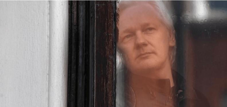 Restablecen parcialmente comunicaciones de Assange