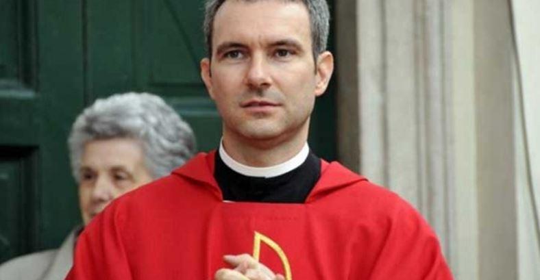 Dan 5 años a ex sacerdote por pornografía infantil