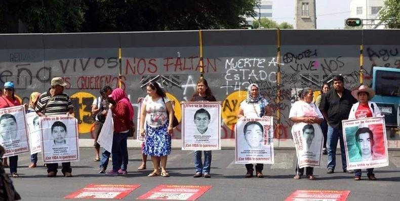Padres de los 43 de Ayotzinapa protestan ante la Segob