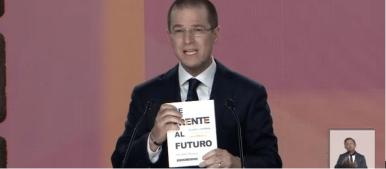 VERIFICADO: El libro de Anaya que mostró en el debate no existe