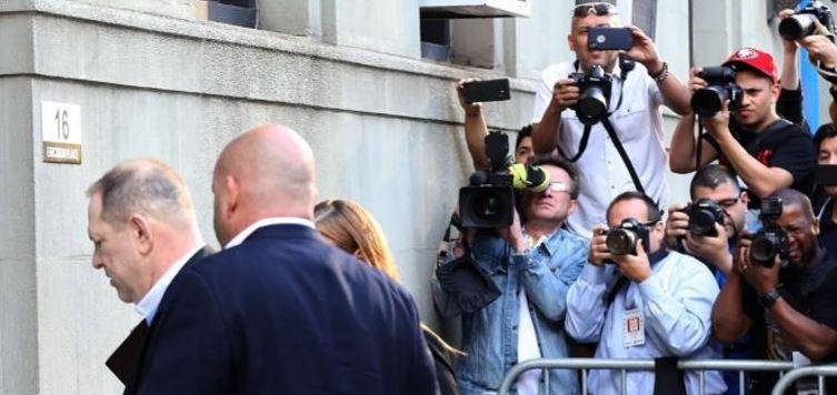Acusan de violación a Harvey Weinstein, sale bajo fianza