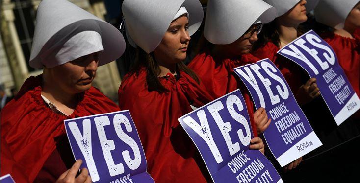 Irlandenses votan a favor del aborto