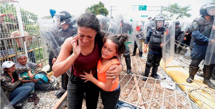 Policía Federal frena irrupción de caravana migrante a México