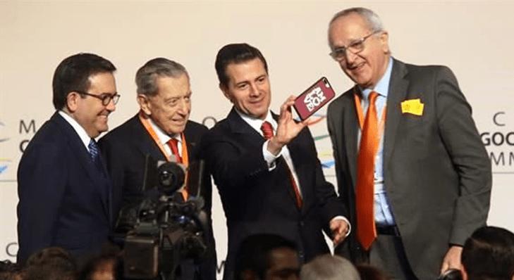 Peña Nieto se toma una selfie con mucho 'Amlove'